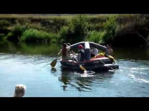 2014 08 11 внуки купаются, дети проплывают мимо по реке Друть на плоту ПСН 10М