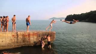 Дети прыгают со старого пирса в море - 1. Находка
