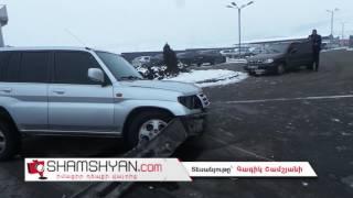 Երևանում Mitsubishi ի վարորդը բախվել է Toyota ի գովազդային սյանն ու հայտնվել ճանապարհի մեջտեղում
