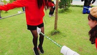 Funny Game Show Slip a Stick Throw Toilet Paper Roll - مضحك عرض اللعبة انزلاق عصا يرمي ورق التواليت