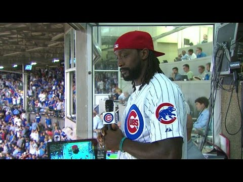 CWS@CHC: Charles Tillman sings at 7th-inning stretch