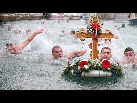 شاهد: مسيحيو البوسنة يتسابقون للظفر -بالصليب المرغوب-