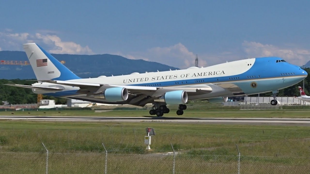 Download AIR FORCE ONE Boeing VC-25A & USAF C-32A landing at Geneva/GVA/LSGG