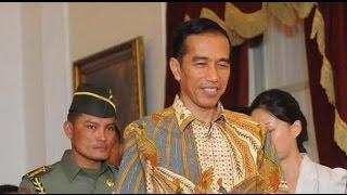 Presiden Jokowi Jalan Kaki Temui WNI yang Tak Bisa Masuk KBRI