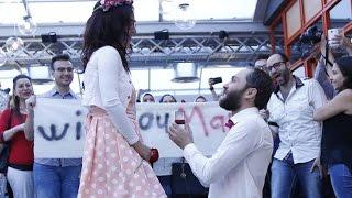 سوري يفاجئ محبوبته ويتقدم لخطبتها بابداع