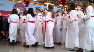 Luciatåg på ica/ Lucia celebration at ica maxi
