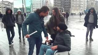 Şiddet Gören Kadına Engelli Bir Vatandaş Yardım Etti (sosyal deney)