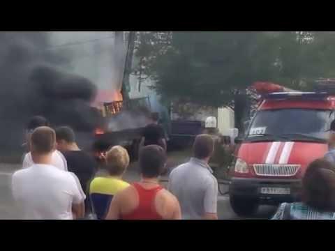 ЧП в Красноярске  автокран оборвал провода – водителя убило током видео скачать   Катастрофы и проис