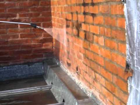 de paredes de ladrillos vista con agua nebulizada