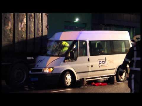 GPTV: Taxibus frontaal op vrachtwagentrailer geknald.