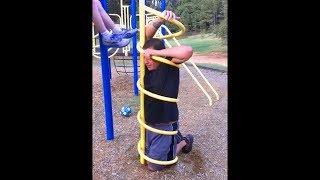 mann steckt fest auf spielplatz, er wollte nur klettern..