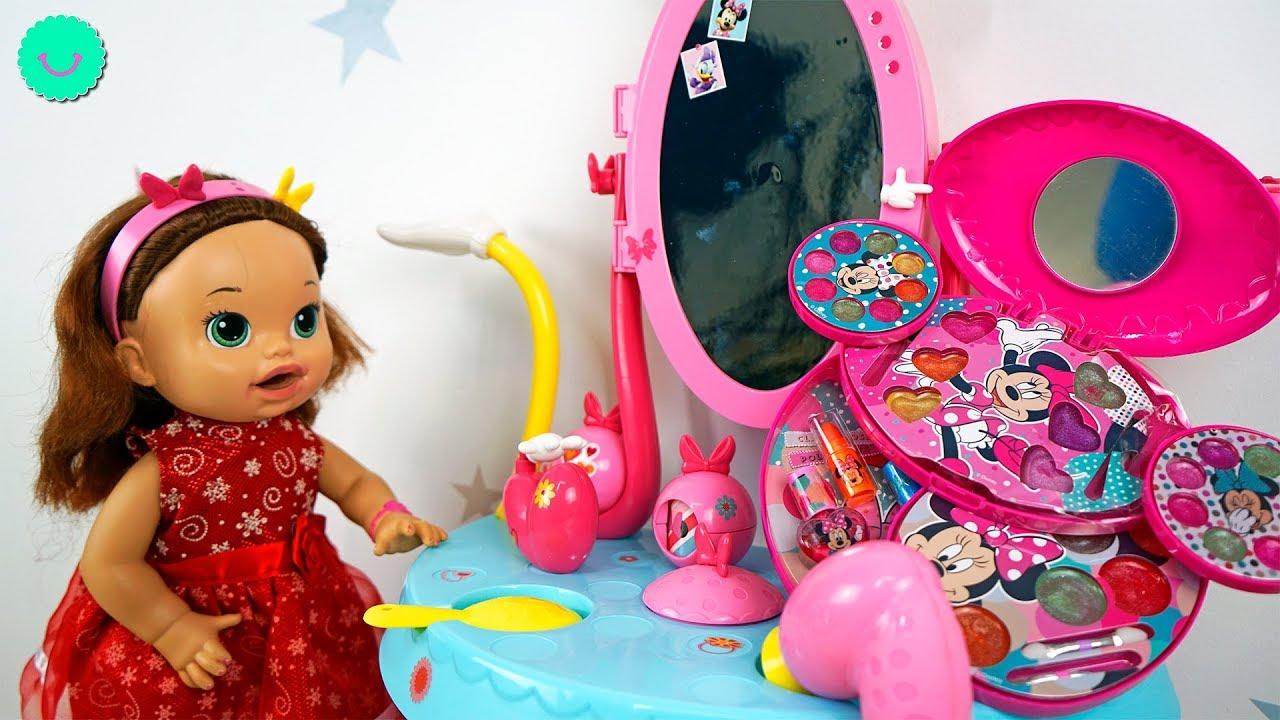 Stacy se disfraza y las muñecas juegan con Maquillaje para niñas y slime