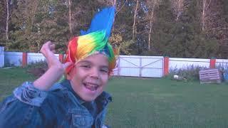 Полицейская машина застряла в песке Малыш играет в профессию полицейского