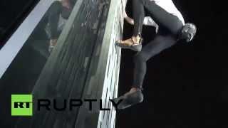 Французский «человек-паук» покорил 75-этажный небоскреб в Дубае