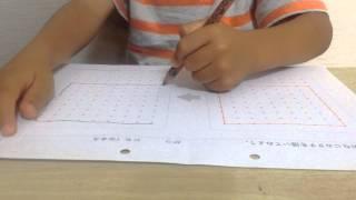 4才の子供が右と左を比べながら同じようにできるのか確認中です。小学生...