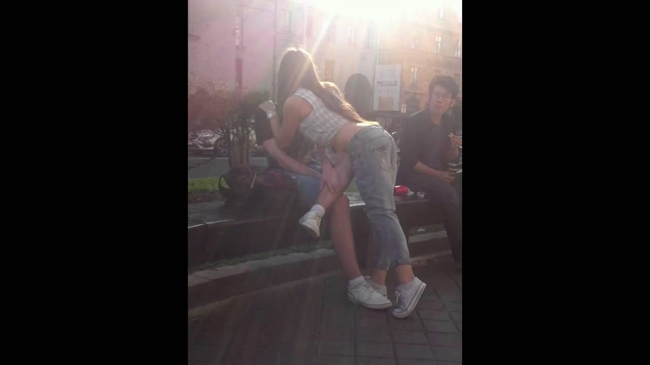 на парня как незнакомого спор поцеловать