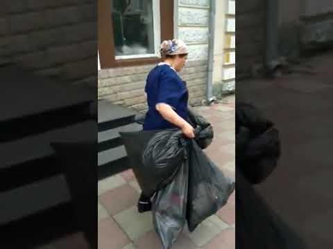 В Твери кафе выбрасывают мусор прямо на придорожные газоны