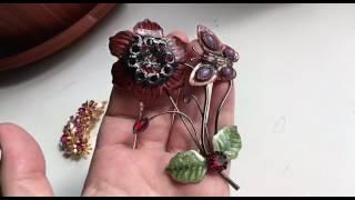 Крупная винтажная брошь в виде цветка на ветке с бабочкой