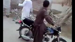 باكستاني يغني وتقلب