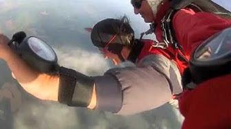 Tandem Fallschirmspringer aus der Schweiz