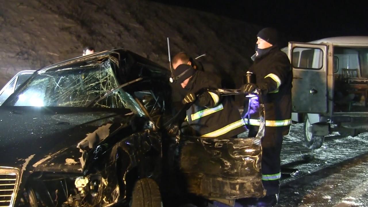 """Результат пошуку зображень за запитом """"рятувальники вирізали із пошкодженого автомобіля"""""""