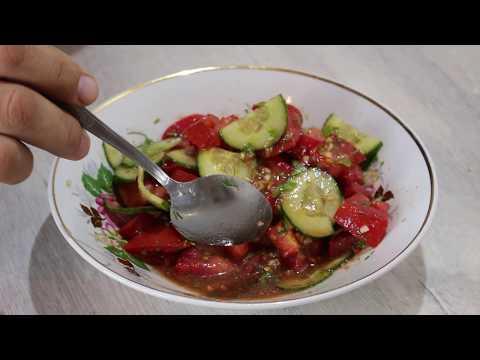 Салат из помидоров и огурцов с соевым соусом, кориандром, чесноком.