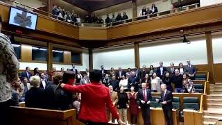 Parlamentarios vascos cantan para el maratón solidario de EiTB