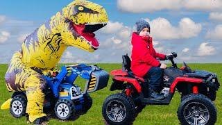 Малыш и Динозавр весело ездят на Большом тракторе и ловят Воришку