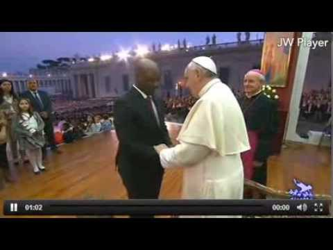 26.10. papa francesco - incontro con le famiglie - pope francis - little boy kisses the pope's cross Travel Video