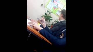 Ученик 10 класса неотупляюще играл в ручку
