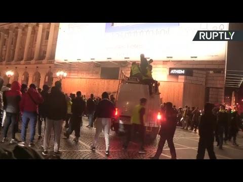 Paris : face-à-face tendu entre des centaines de Gilets jaunes et la police