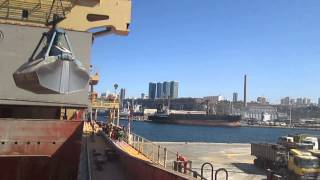 Discharging grain cargo from ship