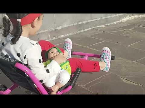 VIDEOS GRACIOSOS - BEBES GRACIOSOS - Bebe monta carrito/patinete - Versión rápida Ezyroller