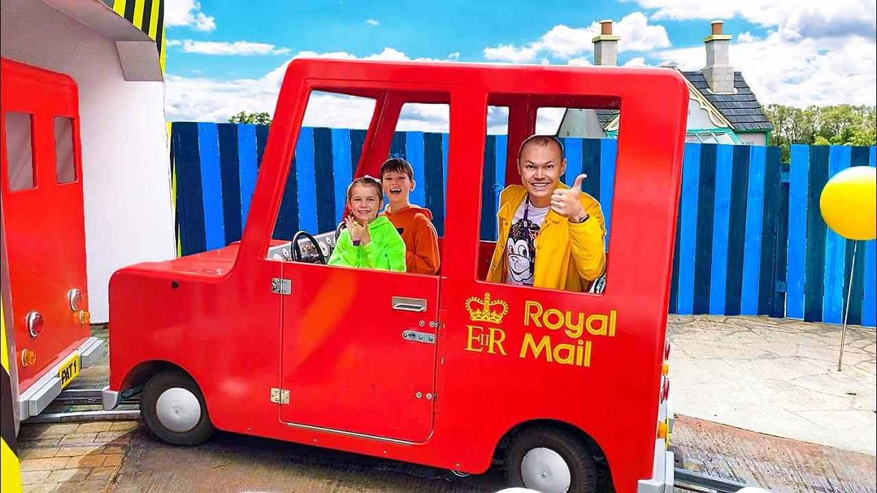Макс и Катя катаются на машинке почтальона