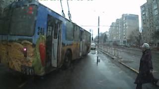 Водитель троллейбуса путает педали