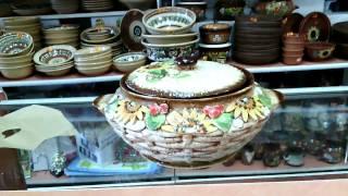 Красивая глиняная кастрюля