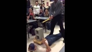 Урок физики превратился в жесткий урок мужской анатомии