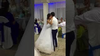 Сестра с братом поздравляют сестренку на свадьбе.