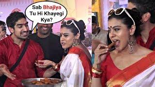 Kajol Eating Bhajiya - Funny Moment At Durga Puja 2018