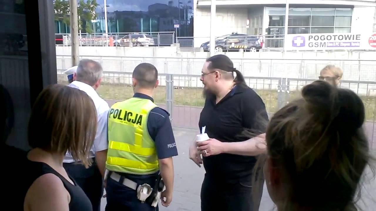 Absurdalna interwencja  policji za jedzenie loda