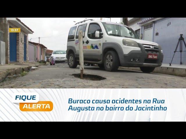 Perigo constante: Buraco causa acidentes na Rua Augusta no bairro do Jacintinho