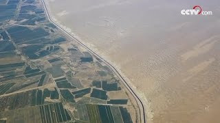 Автомобильное шоссе посреди пустыни Такла-Макан в Синьцзян-Уйгурском автономном районе