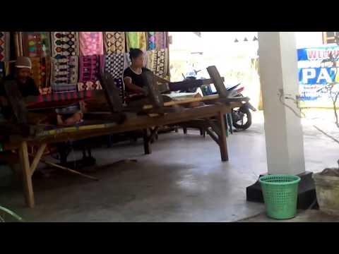 cara-menenun-kain-songket-di-desa-sukarara,-lombok