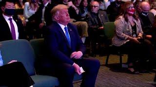Usa, Trump a messa per la benedizione del pastore: conta le banconote prima dell'offerta