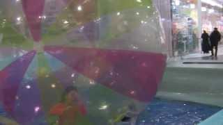 кыргы́з - де́вочка-краса́вица в шаре - зорбинг -  Sorg  003(зорбинг... полиэтиленовый огромный шар, внутри к-рого еще один, только меньшего радиуса. И вот в этом внутрен..., 2014-01-28T08:11:45.000Z)