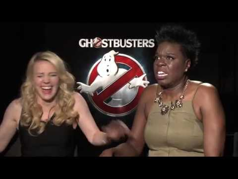 "Ghostbusters interviews with Kate Mckinnon and Leslie Jones singing ""Como la flor"""