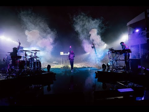 The Chainsmokers - This Feeling Ft. Kelsea Ballerini (Monday Night Football Half Time Show)