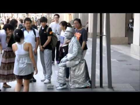 Living Statue Scares Japanese Tourists