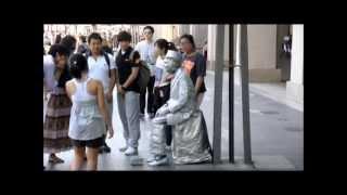 Living Statue Scares Korean Tourists
