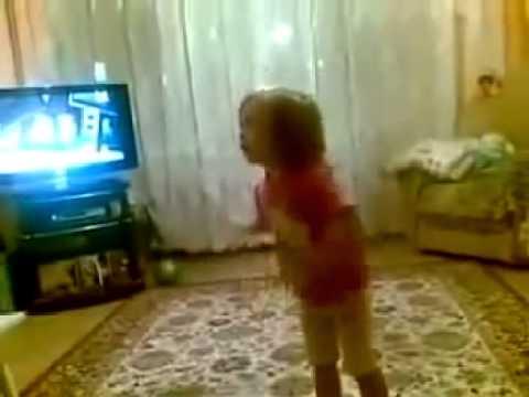 Прикол Маленькая девочка ругает маму и бабушку. Включи фонарик
